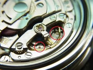 マイクロステラスクリューを内側、外側に調整することにより精度の進み、遅れを調節します