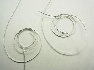 左側が正しい形状のゼンマイですが、比べて右側のご依頼品のゼンマイは形を崩してしまっています。