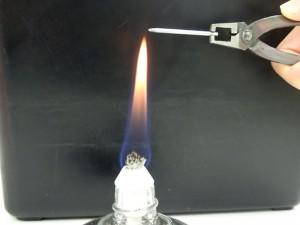 靱性を持たすためにアルコールランプで焼きを適度に戻します