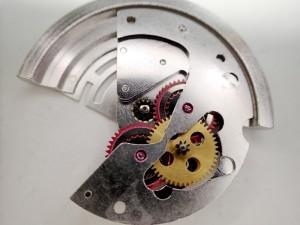 磁気などにより、手巻き時に違和感などが発生する場合があります