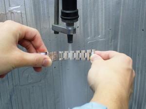 コマの隙間のようなブラシも届かない部分には、高圧スチーマーを使用します
