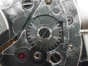 丸穴車のネジは、逆ネジを表す3本の溝がございます