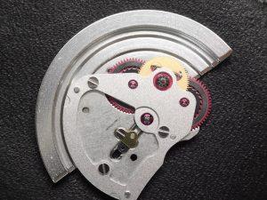 磁気抜き器にかけたのち、自動巻き部分を外します