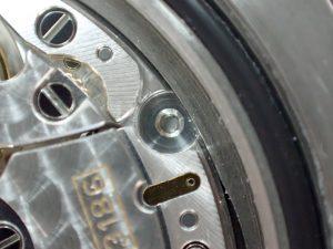 機械をケースに固定する、キドメネジが折れています。