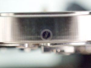 側面のネジを緩め、ダイヤルを取り付けます。