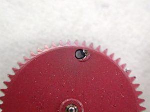 自動巻き機構を外すと、部品が削れた粉が大量に付着していました。