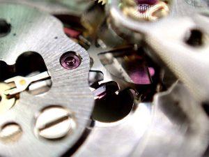 機械の内部に入り込んだ金属片が抵抗となり、時計の精度も著しく損なわれていました。