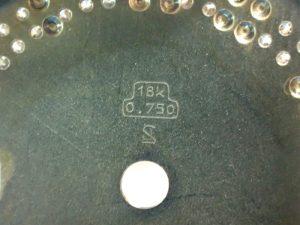 ダイヤルの裏には、18K 0.750 の刻印があります。