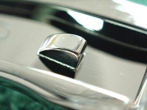 開閉時にローラーが中板の爪を乗り越えることでパチッとロックがかかります。