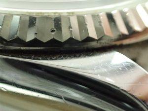 ラグとベゼルの隙間にも汚れはたまります。