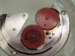 自動巻き機構には、金属粉がかなり発生していました。