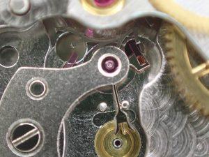 反対側にアンクルを動かすことで、アンクルのツメが外れ、ガンギ車が一歯回転し、