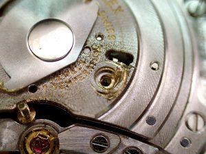 自動巻き機構を留める2本の片側が緩み、ローターと何度も接触し、深いキズが付いています。