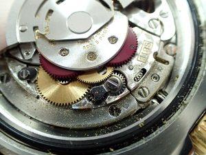 削られて発生した金属粉が時計全体に広がっています。