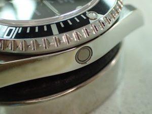 ケースの9時側の側面にあるボタンのようなものが、ヘリウムガスエスケープバルブです。