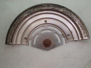 ローターがガタつき、各受けに接触してしまい、鉄粉が発生します。