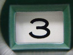 端のセリフと呼ばれる部分が小さく、シンプルな書体です。