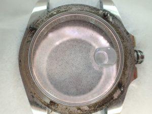 同モデルでは、ほぼ全ての時計に汚れが溜まっています。