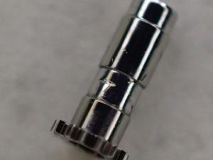 傷のように見える部分を少し潰し、内側の秒カナとの締め具合を適切にすることで解決できます。
