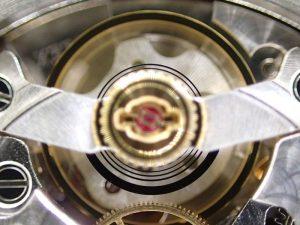 シロキシ・ヒゲゼンマイは、シリコンとシリコン酸化物の化合物でできている半金属