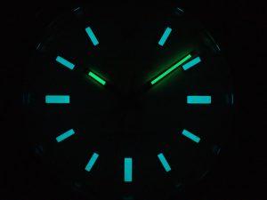 オレンジのインデックスは青く発光するクロマライトが使用されています。