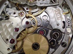 オートマチック機構を外しました。 4番車のホゾは金属粉で埋まっています。