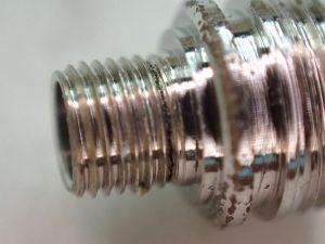 ダイバー用のチューブですが、ケースに収まるネジ部にひび割れが起きていました。