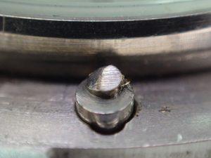 7時位置の部品と回転ベゼルのギザギザがラチェットとなり、逆回転を規制しています。
